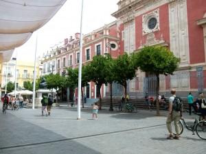 "Foto: Fassade und Vorplatz ""Iglesia del Salvador"""